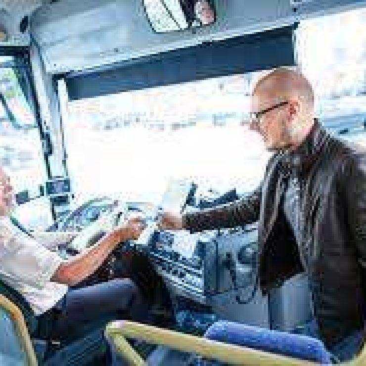 Du kan ta buss til de nærmeste campingplassene og videre utover i retning Vestnes Slik går bussene