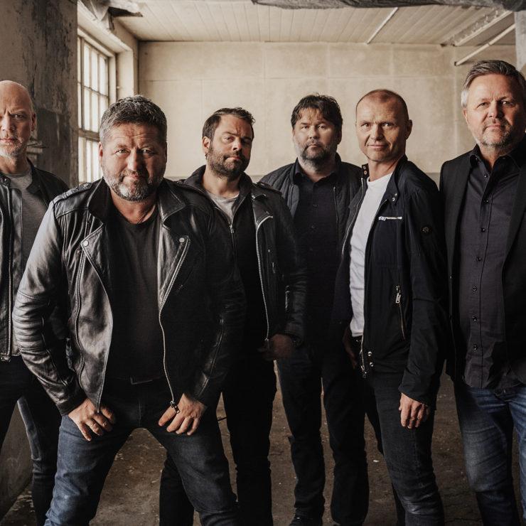 Gjør deg klar for en ellevill konsertopplevelse på toppen av Åndalsnes i sommer. 05. august blir det allsang-stemming med Bjarne Brøndbo og resten av DDE til en spektakulær utsikt over Romsdalen. Her bli det liv!