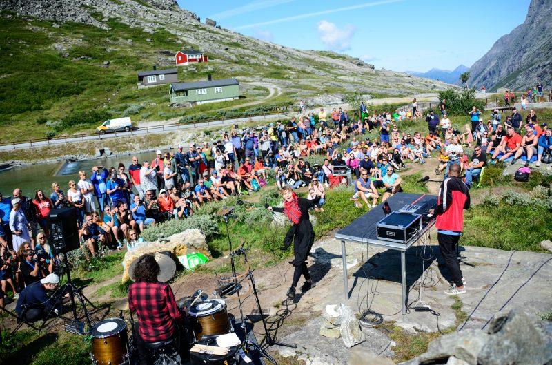 Konsert i fjellsiden gir en opplevelse du sent vil glemme. Her fra konsert med ISÁK i 2019 (Foto: Joar Rødhammer/RaumaRock)