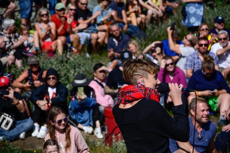ISÁK, med vokalist Ella Marie Hætta Isaksen, fenget publikum på Trollstigen i 2019 (Foto: Joar Rødhammer/RaumaRock)